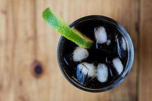 refrigerante com gelo e limão foto