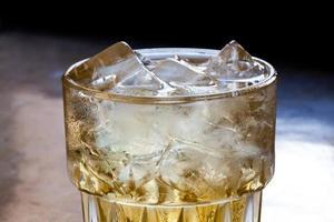 copo de bebidas espirituosas (visão macro) foto