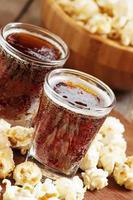 pipoca de caramelo e cola em um copo foto