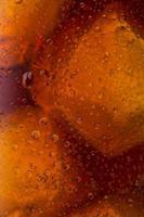 cola fria com gotas de orvalho e gelo foto