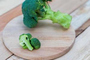 brócolis fresco no fundo de madeira, mesa de madeira de brócolis foto