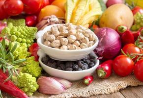 grão de bico com legumes foto