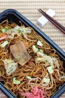 stir japonês - yakisoba de macarrão frito foto