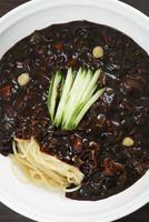macarrão coreano de pasta de feijão preto, pratos de macarrão na cozinha coreana foto