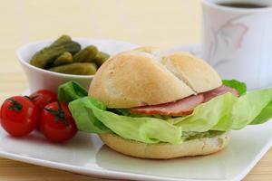 sanduíche com linguiça defumada e alface
