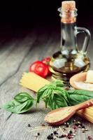 macarrão espaguete cru em cima da mesa