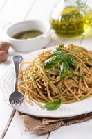 espaguete com pesto de nozes foto