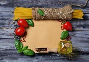 conceito de comida italiana com macarrão, tomate, manjericão, azeite foto