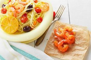 prato de macarrão espaguete de frutos do mar com camarão foto