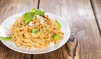 pesto de espaguete e tomate foto