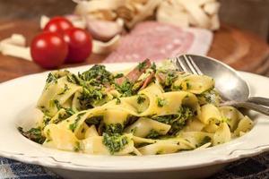 espaguete com espinafre e bacon. foto
