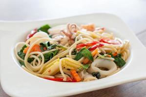 espaguete € frutos do mar com pimenta e manjericão foto