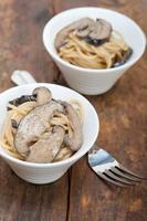 macarrão espaguete italiano e cogumelos foto