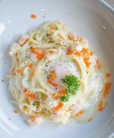 espaguete com molho cremoso de salmão foto