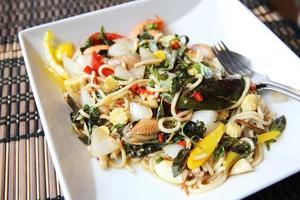 espaguete picante frutos do mar estilo tailandês