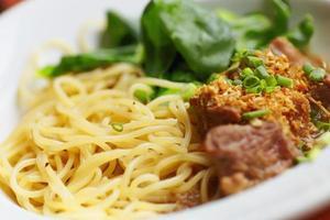 close-up macarrão e carne no prato foto