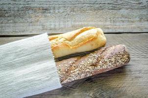 baguetes de trigo e centeio foto