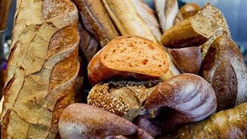 pão francês baguetes em caixa de madeira. foto