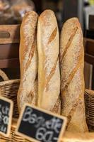 pão baguete francês em cestas foto