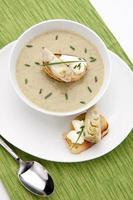 sopa de alcachofra cremosa foto