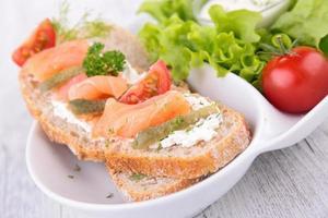 pão com salmão foto