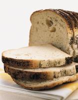 pão fatiado de pão de sementes de papoula foto