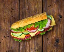 sanduíche com carne e legumes na madeira