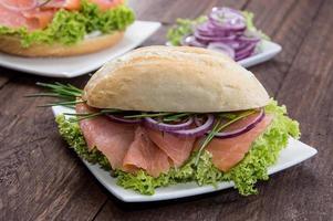 pão de salmão em um prato foto