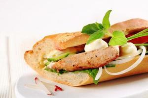 sanduíche de carne de porco e vegetais foto