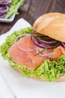salmão defumado em um pão foto