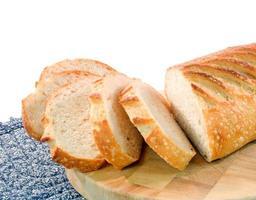 pão de fermento fatiado no fundo branco foto