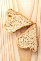 par de fatias de pão em forma de coração foto