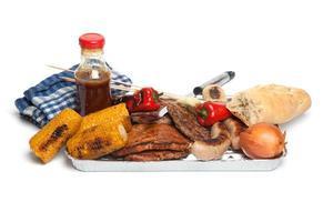 churrasco, carne, milho, pimentão na bandeja de churrasco foto