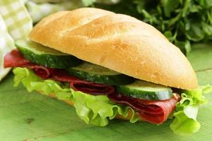 sanduíche fresco com carne defumada, pepino e alface