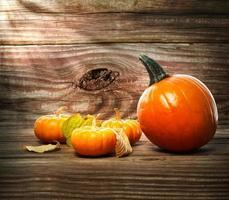 abóboras e abóboras no fundo da mesa de madeira foto