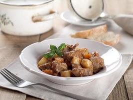 goulash de carne e legumes foto