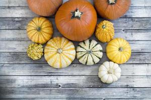 abóboras de outono no piso de madeira foto
