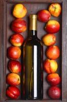 vinho branco e pêssegos