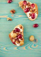 torradas com uva, café da manhã doce e saudável foto