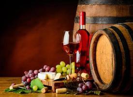 vinho rosé, uvas e queijo