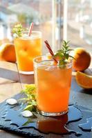 bebida refrescante laranja e hortelã foto