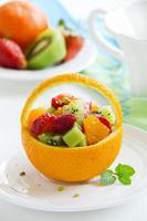 salada de verão frutado em laranja. foto