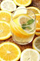 beber e pilha de fatias de frutas cítricas. laranjas e limões.