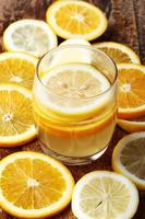 beber e pilha de fatias de frutas cítricas. laranjas e limões. foto
