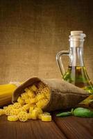 macarrão, espaguete com manjericão e óleo