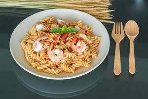 macarrão com molho de tomate e camarão