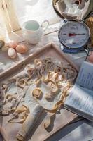 macarrão com ingredientes frescos na cozinha ensolarada foto
