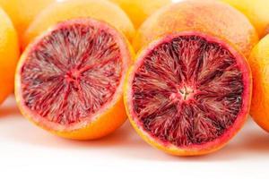 fatias de laranjas vermelhas maduras e fatias