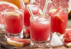 bebida de toranja rosa com polpa, foco seletivo foto