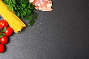 macarrão cru com tomate e salsa foto